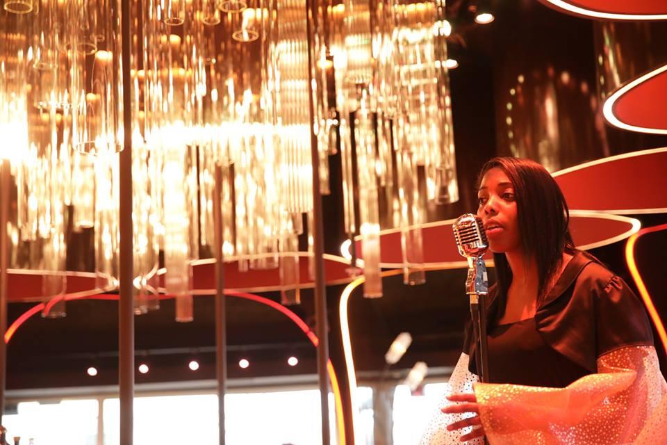 Chanteuse au restaurant Ma Biche sur Le Toit