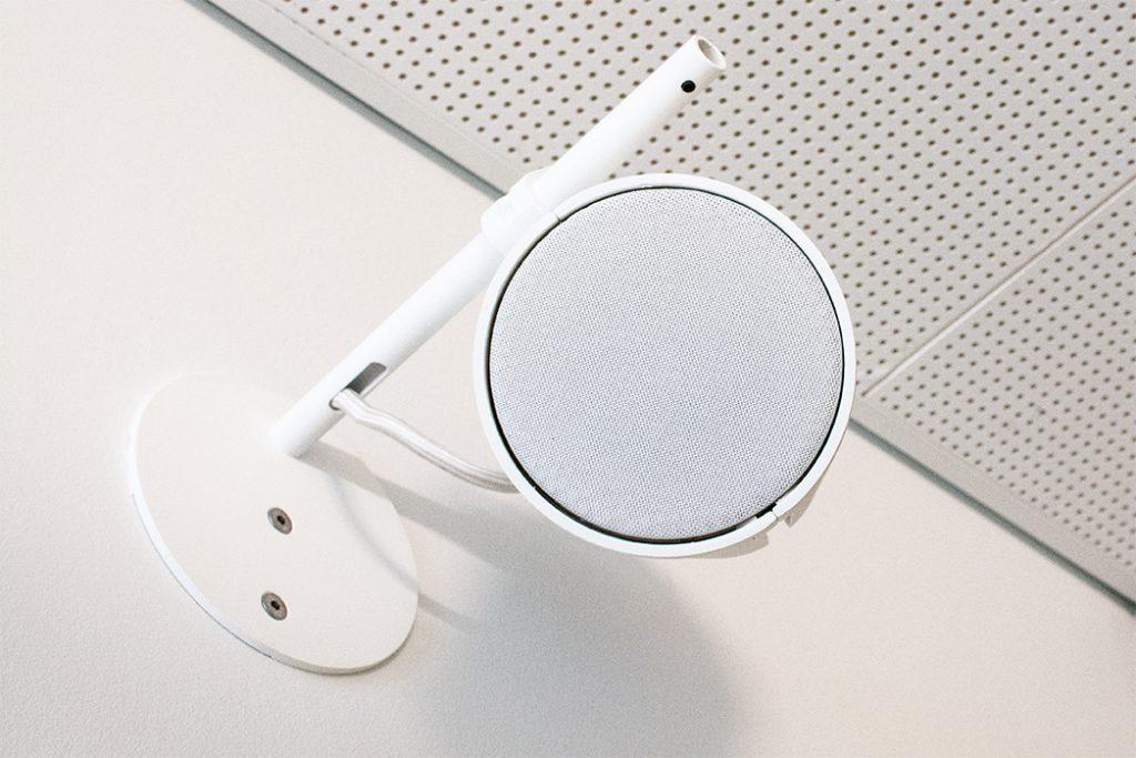 AS-3 blanche et grille de protection assortie sur perchoir. By FrenchFlair Audio